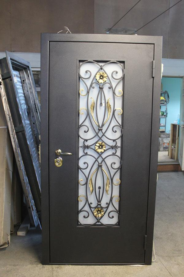 металлическая входная дверь со стеклом и ковкой