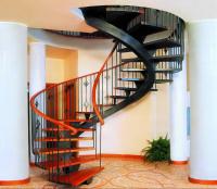 Выбор лестницы: кованая или деревянная