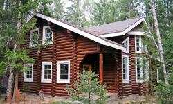 Установка ПВХ-окон в деревянном доме: есть ли риски?