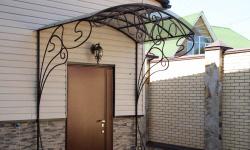 Кованые козырьки - элегантное украшение входа